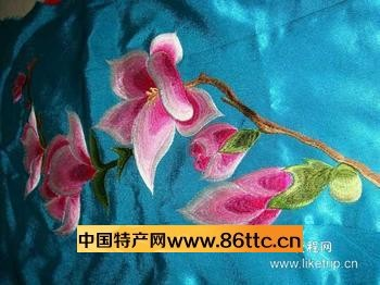 她们自幼学刺绣,从简单的十字花,莲藕花开始,渐渐将花鸟虫鱼,山水人物